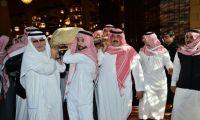 خادم الحرمين يؤدي صلاة الجنازة على الملك عبدالله